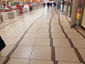 Imagen de un suelo con los azulejos mal alineados