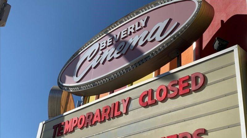 """Un cine de Los Ángeles muestra el cártel: """"Cerrado temporalmente"""". (ElPeriodico.com)"""