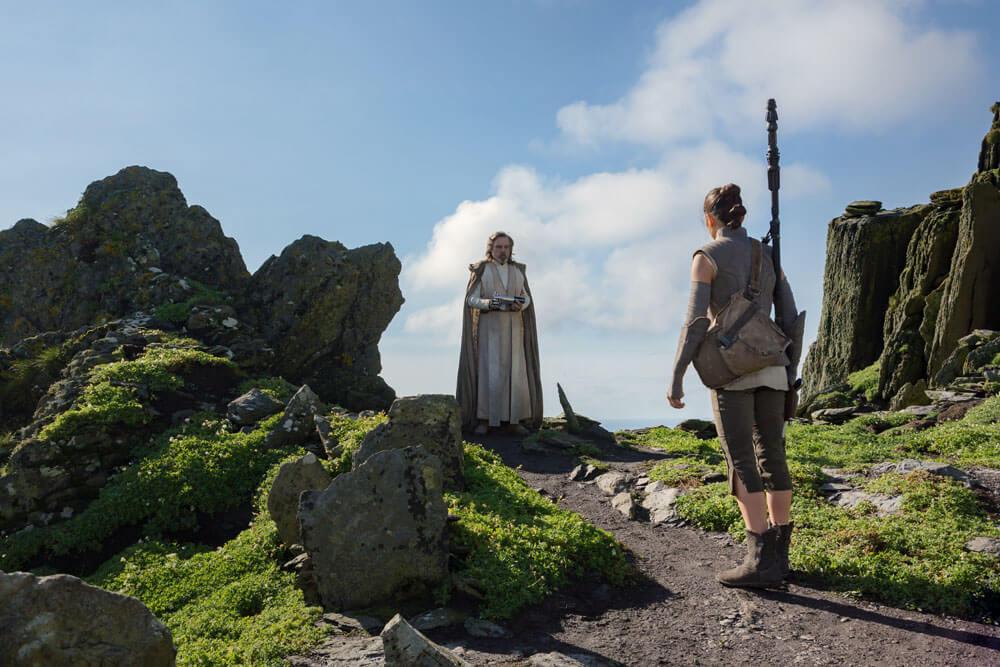 Rey se encuentra con Luke Skywalker. Fotograma de Star Wars: Los últimos Jedi (2017) de Rian Johnson.
