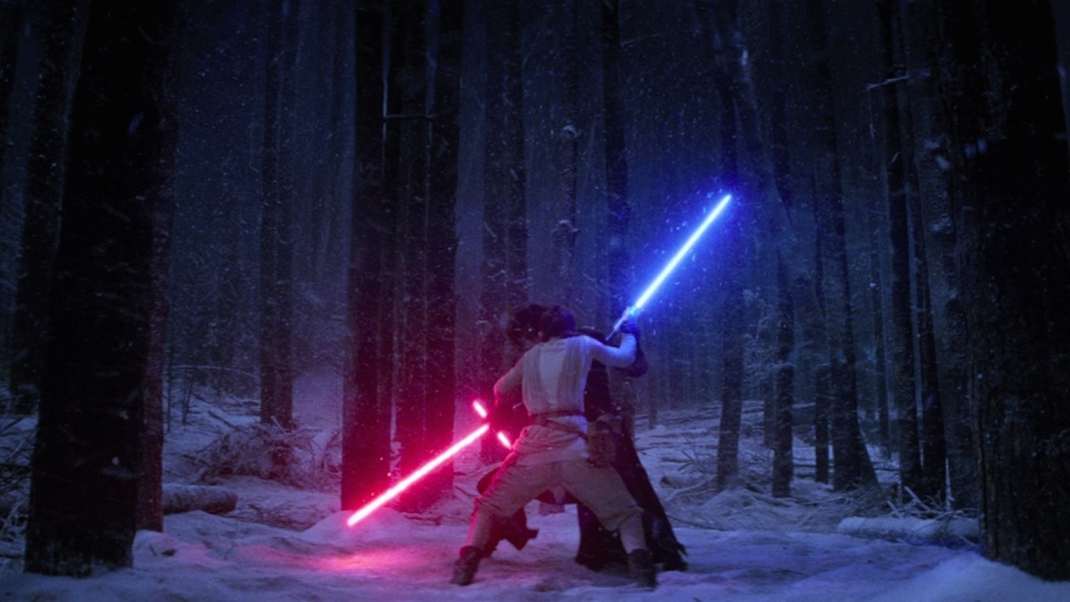 Rey y Kylo Ren luchando con sus espadas láser. Fotograma de Star Wars VII: El despertar de la Fuerza (2015) de JJ. Abrams.