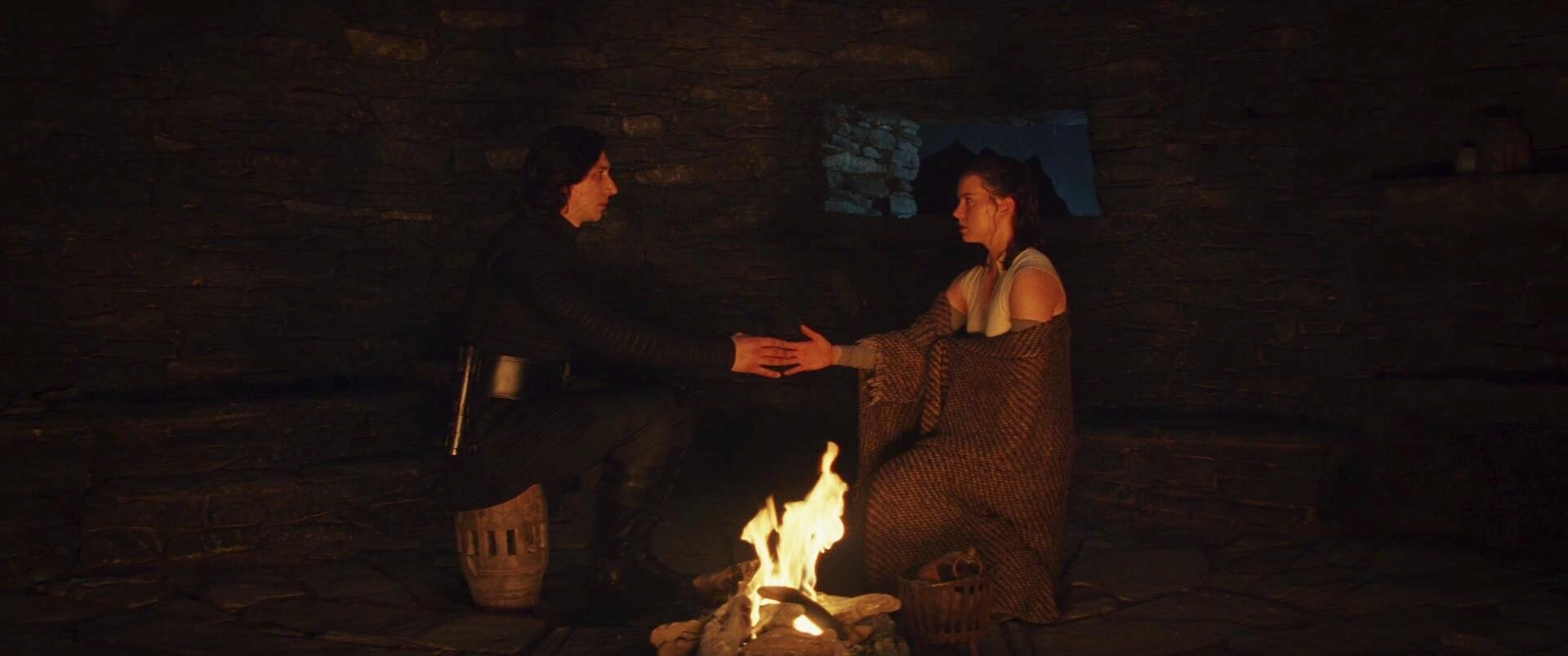 Kylo Ren y Rey sienten una conexión. Fotograma de 'Star Wars VIII: Los últimos Jedi' (2017) de Rian Johnson