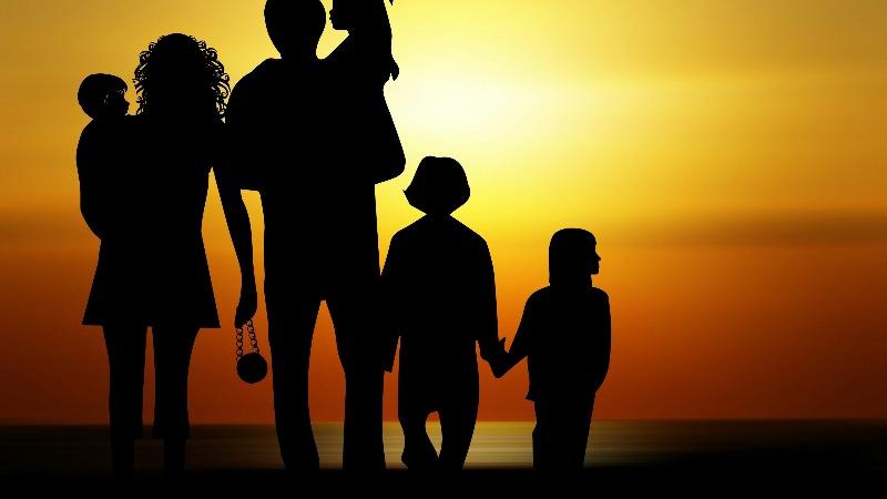 Una familia al completo disfruta de la puesta de sol. (Piqsels)