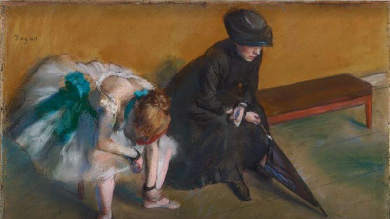 La imagen expone a dos mujeres muy distintas, una de luto y una bailarina, esperando lo que parecen malas noticias.